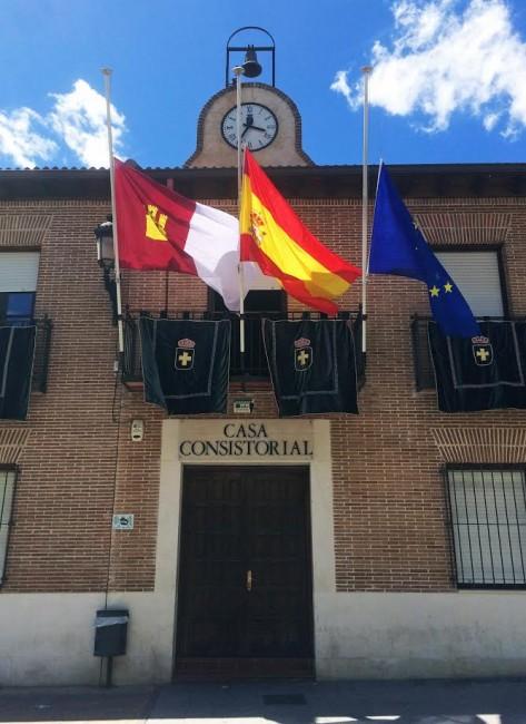 Las banderas del ayuntamiento de Marchamalo ondean a media asta