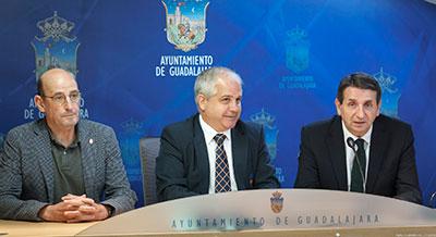 Eladio Freijo, concejal de Deportes, acompañado por Antonio Moreno y Javier Pineño durante la rueda de prensa