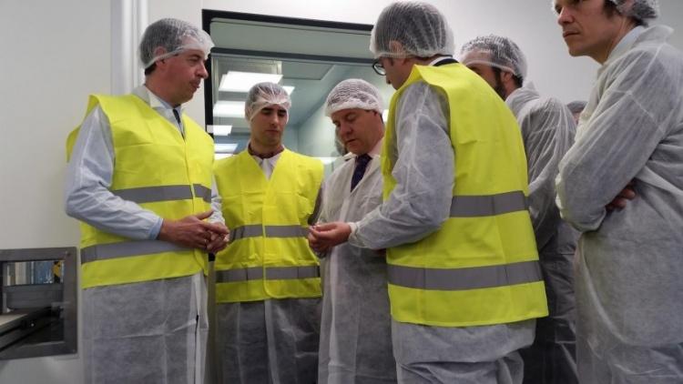 El presidente regional durante su visita al nueva planta farmacéutica ubicada en Azuqueca de Henares