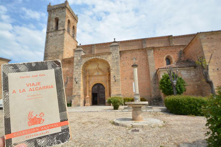 Una parada en Cifuentes frente a la iglesia para leer un capitulo de Viaje a la Alcarria, siguiendo los pasos de Camilo José Cela por estas tierras. Cifuentes es parada obligatoria