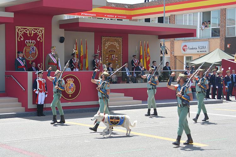 La legión desfilando ante los Reyes