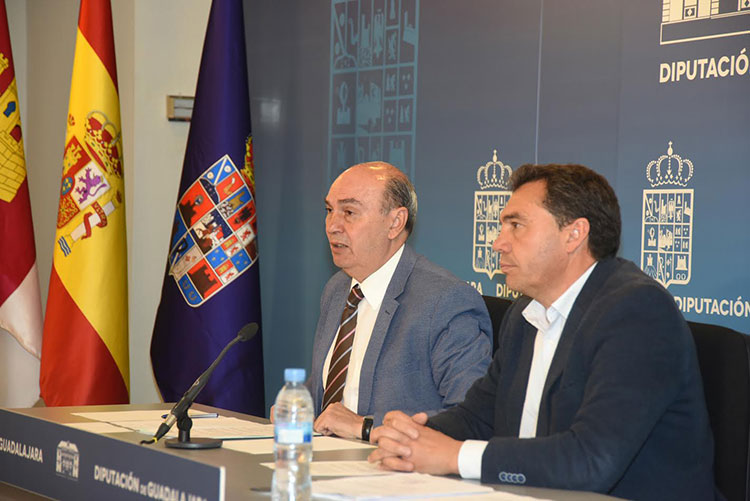José Manuel Latre en la presentación de las propuestas que van a llevar al pleno, entre ellas la creación de un centro dedicado a Cela