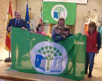 José Manuel Latre ha presidido la entrega de seis banderas a verdes a otras tantas ecoescuelas