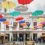 Más de un centenar de paraguas de colores dan la bienvenida a la Feria del Libro