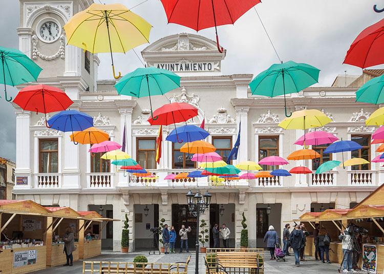 La Plaza Mayor acoge la Feria de Libro en un espacio adonado por cientos de paraguas de colores