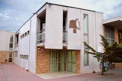 Exterior del IES Profesor Domínguez Ortiz, que acoge la Escuela Municipal de Idiomas. Fotografía: Álvaro Díaz Villamil / Ayuntamiento de Azuqueca