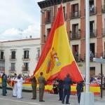 La enseña nacional ondea en la Plaza de España