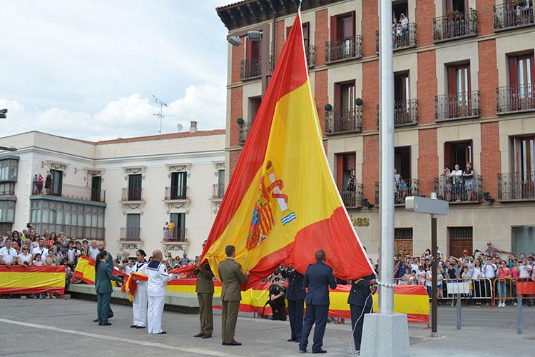 Un momento del emotivo acto de izado de la enseña nacional en la Plaza de España