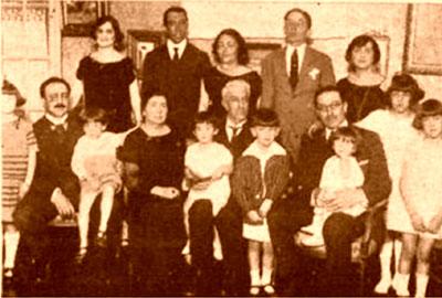 Don Justo, con su mujer, hijos y nietos
