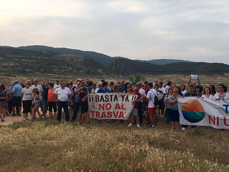 Los participantes en la ultima marcha a Entrepeñas ante el cauce seco del pantano