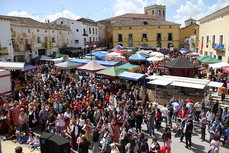 La Plaza mayor de Pareja se llena de actividad durante el fin de semana
