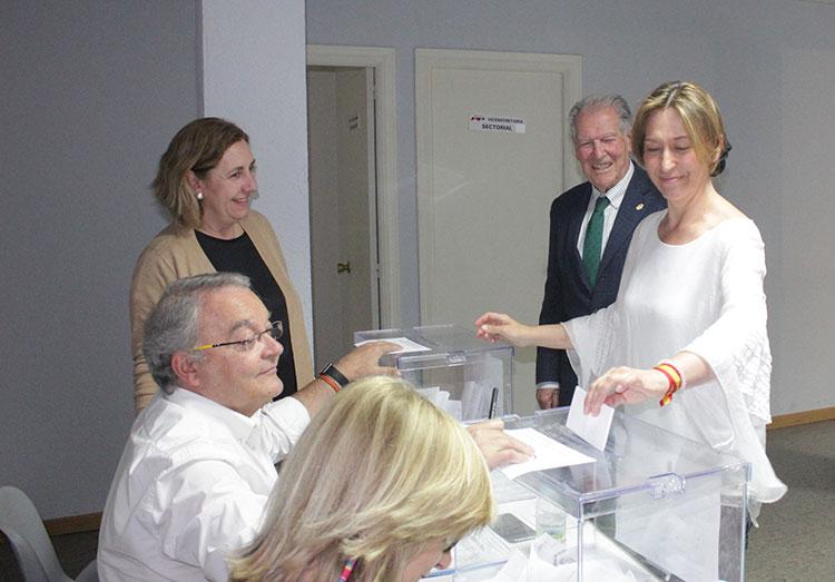 Ana Guarinos en el momento de depositar su voto