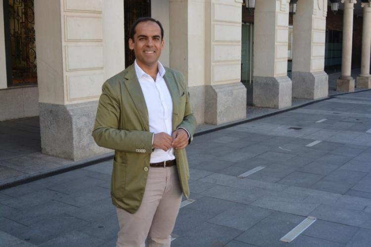 Daniel Jiménez, portavoz del PSOE en el Ayuntamiento de Guadalajara, lideró la campaña de Pedro Sánchez en las primarias en Guadalajara. En la imagen, delante del Consistorio arriacense, durante la entrevista con Henaresaldia.com