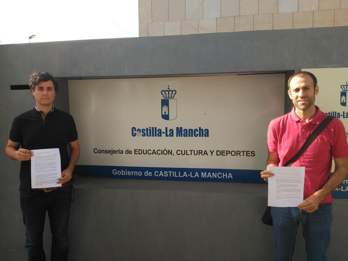 Los padres en la entrega de firmas en Toledo