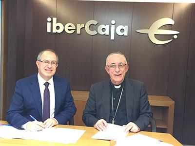 El Director provincial de Ibercaja y el Obispo de la diócesis durante la firma del convenio