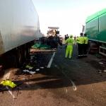 La colisión entre dos camiones en la A-2 obliga a cortar la vía durante algunas horas