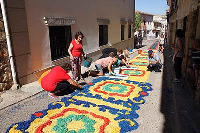 Un momento de la confección de las alfombras de Almonacid de Zorita