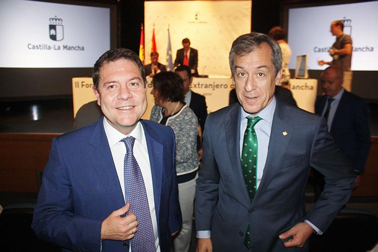 El presidente de la entidad financiera acompañado del presidente regional