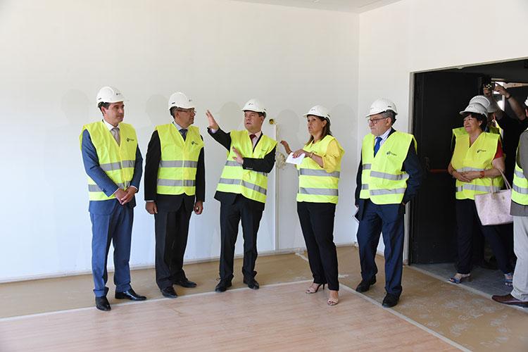 Page y Felpeto durante la visita al nuevo CEIP de Yebes-Valdeluz