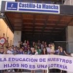 Concentración de familias tras quedarse sin plaza para sus hijos en el colegio solicitado
