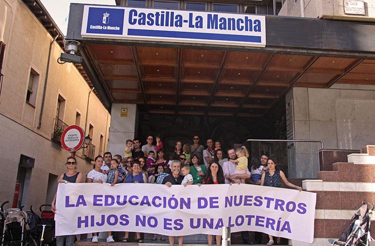 Imagen de la concentración de familias tras quedarse sin plaza para sus hijos en el colegio solicitado