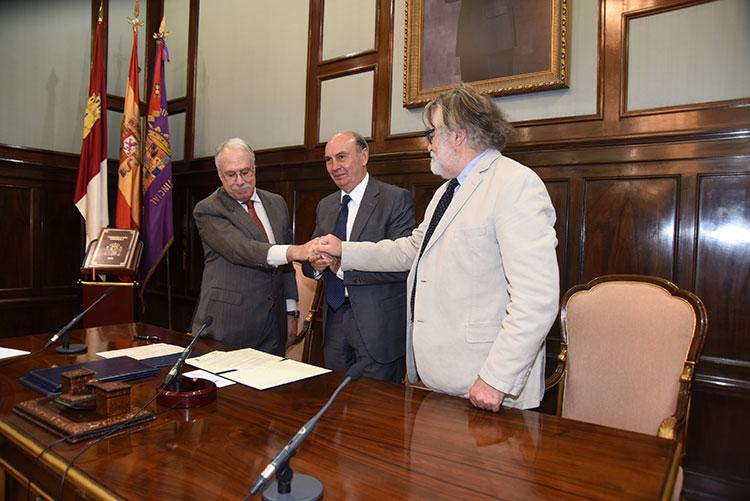 Un momento de la firma del convenio entre la Diputación de Guadalajara y la Fundación Charo Conde y Camilo José Cela