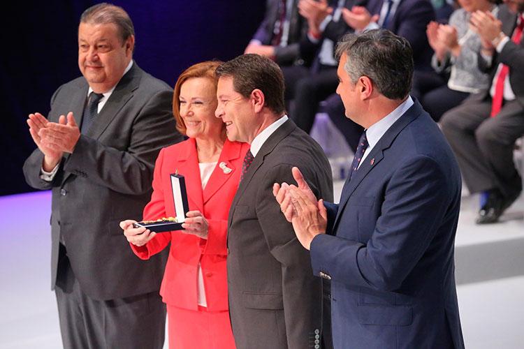 La molinesa Aurora Egido recibiendo de manos de García Page la Medalla de Oro de la región