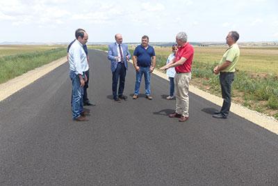 Latre visita las obras de mejora de la carretera del El Pobo a Campillo de Dueñas