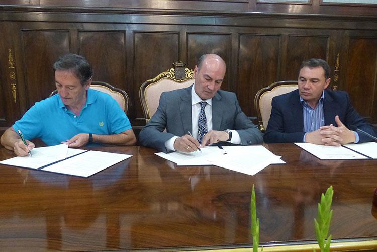 Un momento de la firma del convenio entre Latre y Salgado