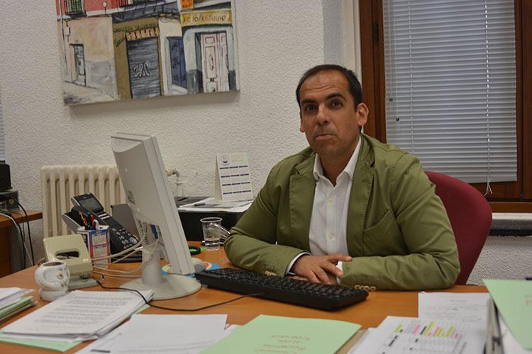 El portavoz socialista en el Ayuntamiento de la capital, en su despacho, durante la entrevista.