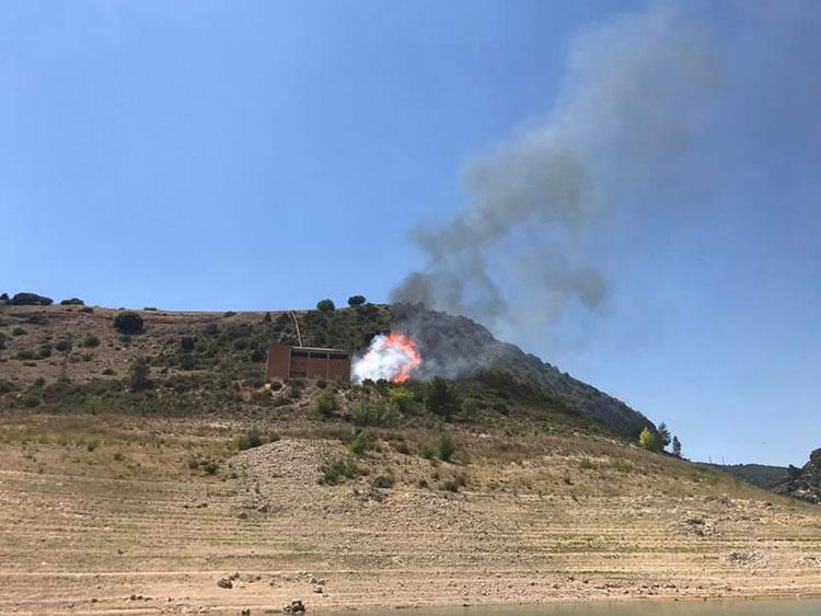 Un momento del incendio en Sacedón esta tarde. (Foto Ribereños Entrepeñas y Buendía)