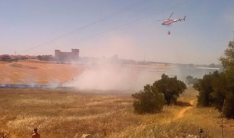 Un helicóptero participando en la labores de extinción del incendio declarado en Pioz