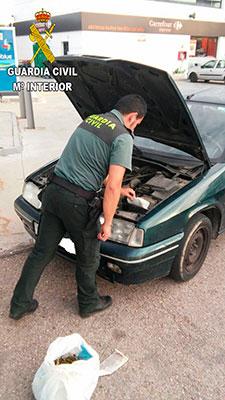 La droga estaba escondida en el motor del coche