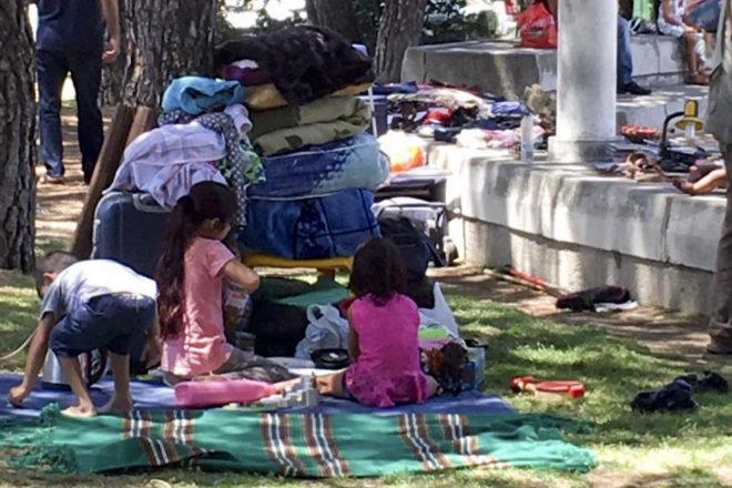 Refugiados sirios acampados en la M-30 de Madrid. // Foto: El Mundo.