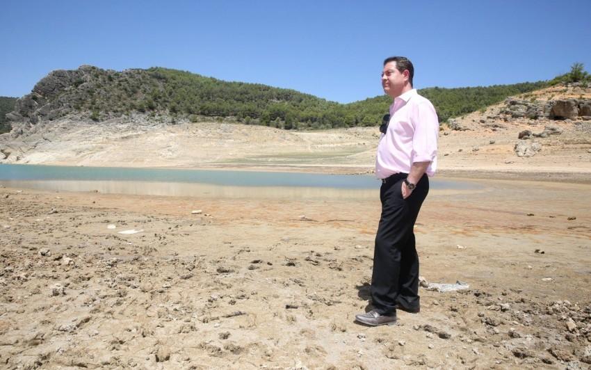 Emiliano García-Page, la semana pasada, durante su visita a Sacedón y Entrepeñas. // Foto: JCCM