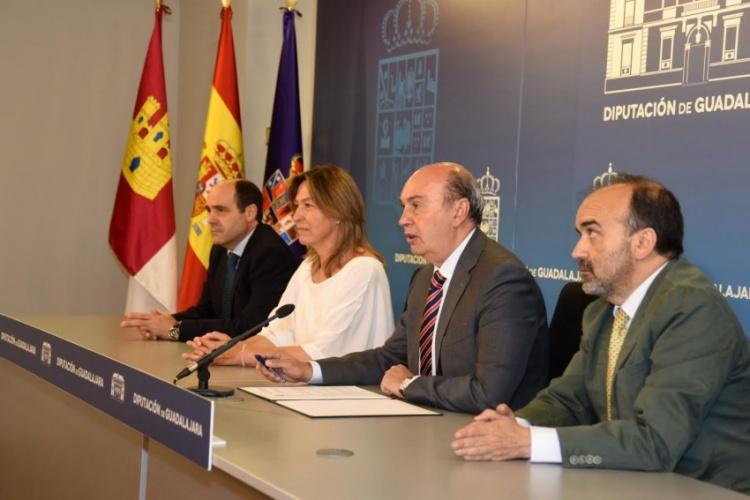 José Manuel Latre, con su equipo de gobierno, haciendo balance de sus dos años de mandato