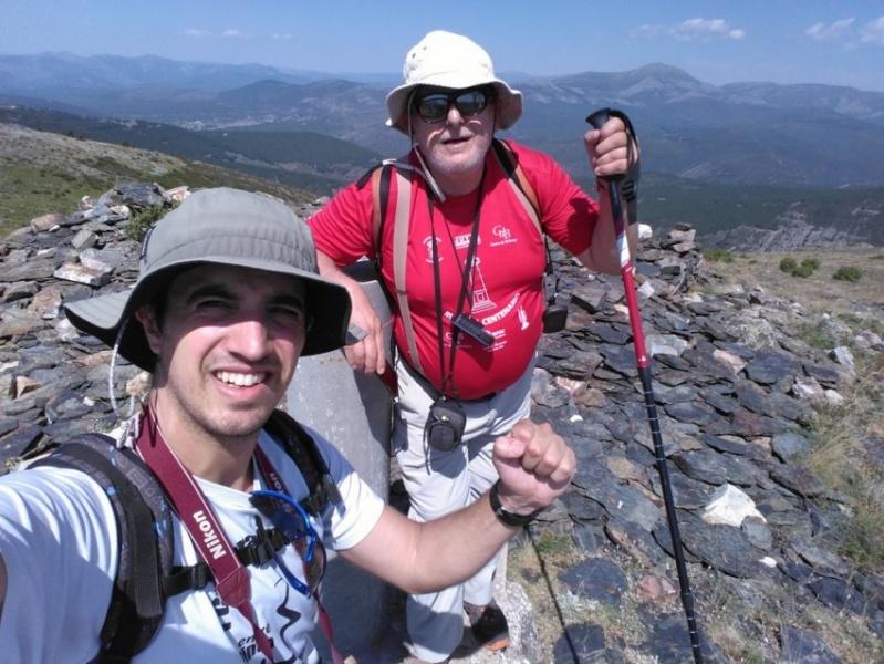 Víctor J. Pascual junto a Ángel de Juan, director de Henaresaldia.com, en el pico Santotis, este domingo.