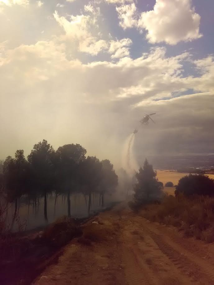 Uno de los helicópteros actuando sobre el incendio (Foto @CEISGuadalajara)