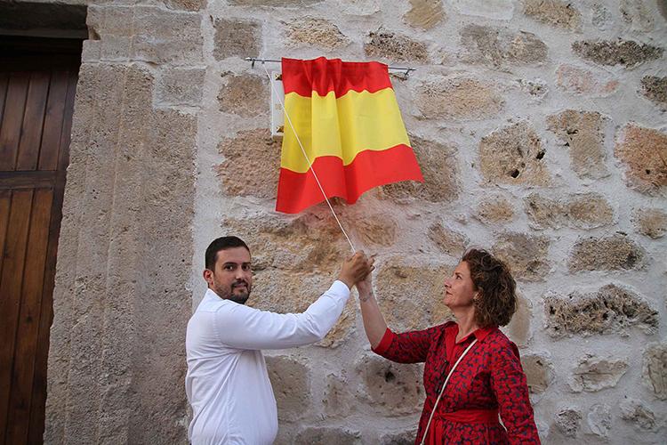 La alcaldesa de Almonacid, Elena Gordon, descubrió la placa conmemorativa de la inauguración acompañada de su predecesor en el cargo, Rafael Higuera