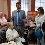 Román visita el asilo de Santa Teresa de Jornet, coincidiendo con el Día de los Abuelos
