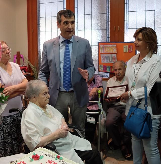 Antonio Román, ha querido celebrar hoy el Día de los Abuelos visitando el asilo de Santa Teresa de Jornet, de la capital, y felicitando a una de sus residentes, Ana Morena Morena, procedente de Armallones,