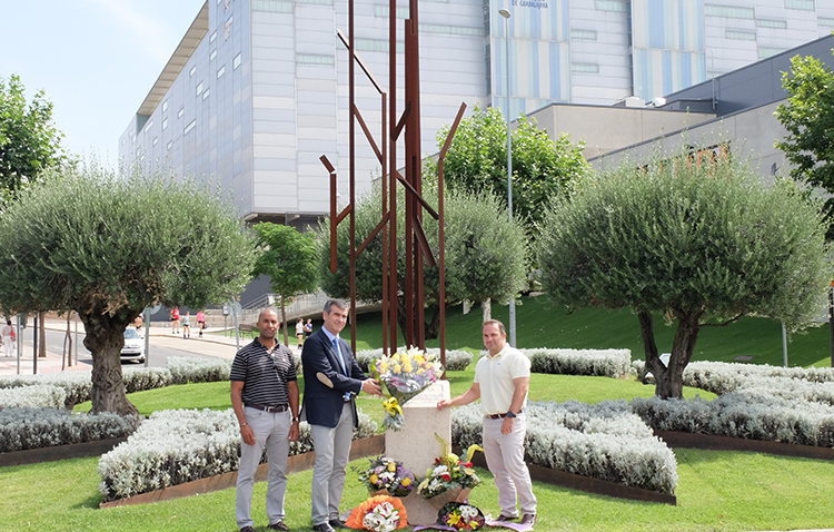 El alcalde Antonio Román deposita un ramo de flores en el monumento al Retén de Cogolludo