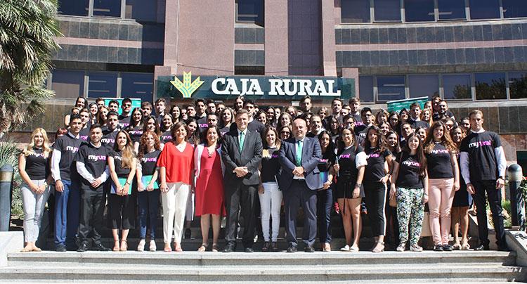 Los 86 nuevos alumnos en prácticas con los directivos de la entidad