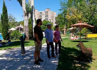 Ciudadanos en su visita a las instalaciones de la piscina municipal de Sam Roque