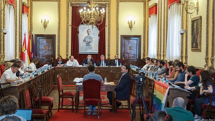El pleno aprobó la liberación de Antonio Román que puede ya cobrar su sueldo del ayuntamiento