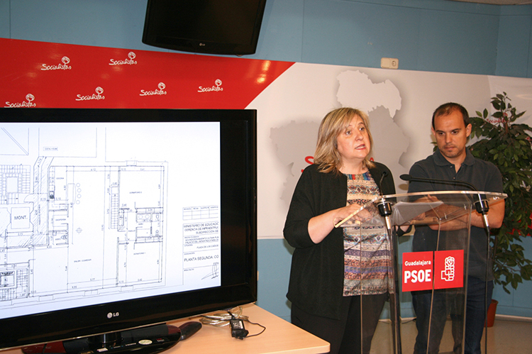 La senadora Riansares Serrano con el plano de la vivienda