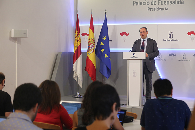 El consejero de Hacienda y Administraciones Públicas, Juan Alfonso Ruiz Molina durante la rueda de prensa posterior al Consejo de Gobierno