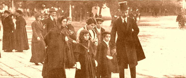 Con los hijos del Capitán Sánchez, a las puertas del Palacio Real de Madrid