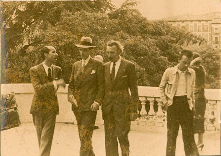 Madrid 1937. Serrano Batanero junto a miembros de la comisión europea, sobre los tejados del Museo del Prado, en los días previos a su evacuación