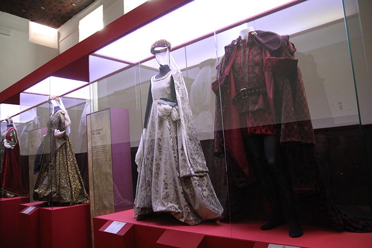 Sala donde se encuentran los trajes utilizados en la serie Isabel de TVE